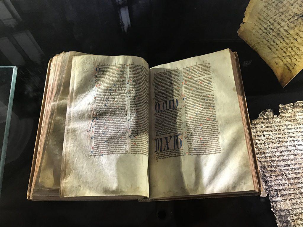 展覽展出了七十多件來自各地的古代聖經抄本和罕有的早期印刷本,細說著聖經的歷史。